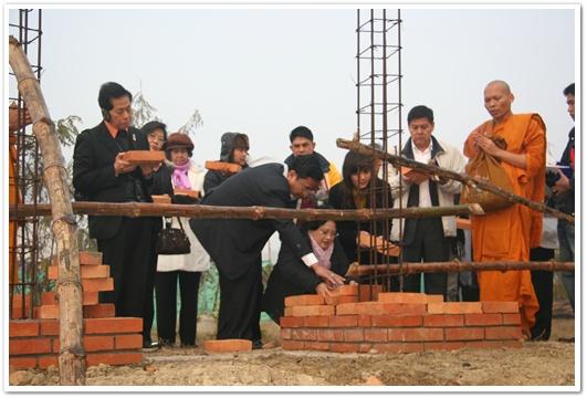 รัฐมนตรีฯ พร้อมครอบครัวและคณะ ร่วมก่อร่างสร้างกำแพงบุญ