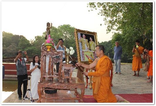 พระเดชพระคุณพระราชรัตนรังษี (หัวหน้าพระธรรมทูตสายประเทศอินเดีย-เนปาล) เป็นประธานจุดเทียนธูปบูชาพระรัตนตรัยและกล่าวเปิดโครงการฯ