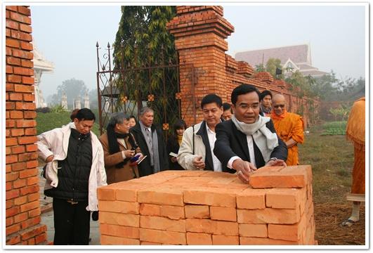 รัฐมนตรีฯ และคณะแบกอิฐ อธิษฐาน นำไปวางก่อร่างสร้างกำแพงบุญ