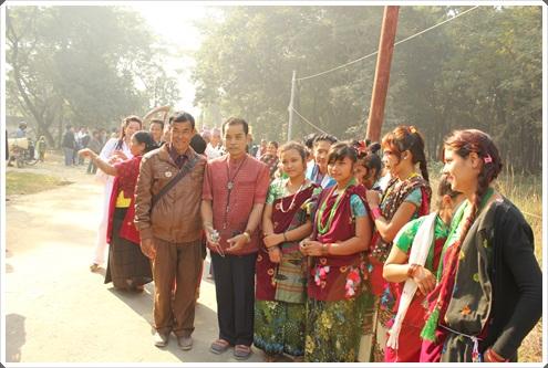 เยาวชนชาวเนปาล แต่งตัวด้วยชุดผ้าพื้นเมือง ร่วมขวนแห่องค์พระกฐิน