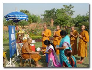 จัดงานประเพณีที่แสดงถึงวัฒนธรรมอันดีของไทย เช่น สงกรานต์ การทำบุญในโอกาสต่างๆ เป็นต้น